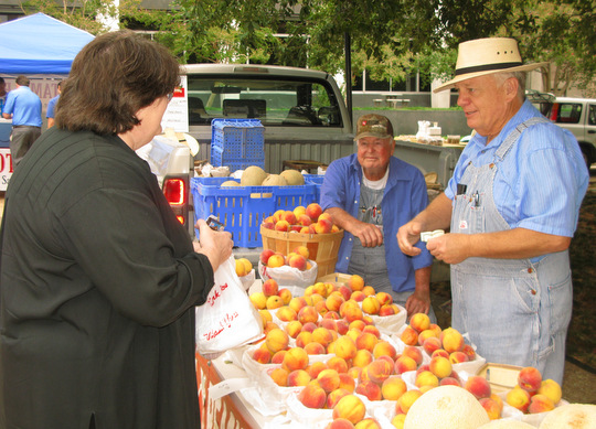 Danny Russell selling Texas peaches
